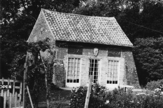 The Dovecote Tearoom to the right of the Three Horseshoes | (S. Joiner)