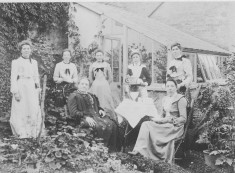 9 Aug 1903 Northfield family at Evergreens- Aunty Mary 2nd from left
