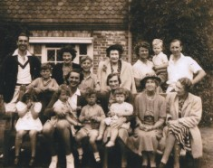 Doris Bisseker surrounded by her mother, sisters, children & grandchildren