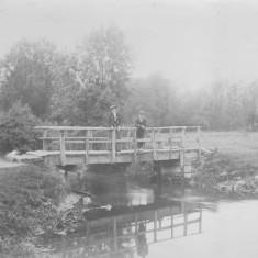 Elizabeth Ashby & James Chapman on Burnt Mill bridge 1900 | (Folbigg)