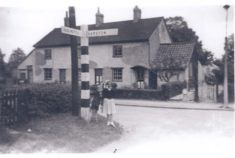 Early photo of 4-6 Hill View Cottages: date and people unknown