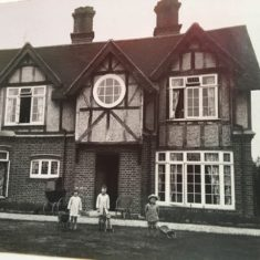 Hart children in front of Pinehurst, 153 High St, Harston in 1923 | (E Gershon)