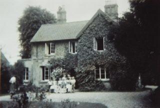 Schoolchildren in front of Beechcroft school c 1948-9   (Will Garfit)
